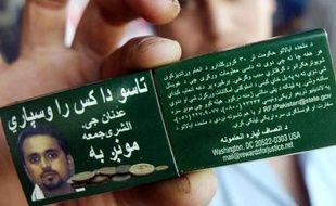 Un Pakistanais montre une boîte d'allumettes sur laquelle figure le portrait d'Adnan Shukrijumah, un haut dirigeant d'Al-Qaïda, le 15 juillet 2006 à Peshawar