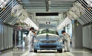 Une voiture sur une chaîne d'assemblage dans une usine Donfeng-PSA à Wuhan, en Chine, le 2 juillet 2013