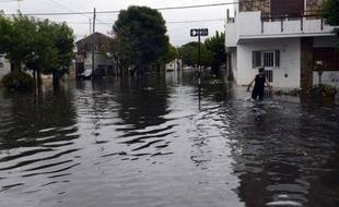 Une vingtaine de personnes disparues étaient toujours recherchées jeudi à la suite d'inondations subites qui ont causé la mort de 49 personnes dans la nuit de mardi à mercredi à La Plata, une tragédie attribuée par les experts au changement climatique et à une série d'erreurs humaines.