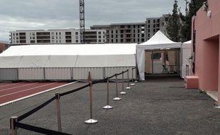 Le centre de consultation est installé dans le stade Vauban, à l'est de la ville