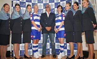 Flavio Briatore pose avec des mannequins afin de présenter le nouveau maillot des Queens Park Rangers, club de football dont il est propriétaire, le 3 juillet 2008