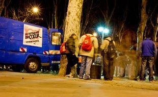 La camionnette des Restos du Coeur à Toulouse lors d'une distribution de repas, le soir. (Illustration)