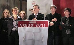 Jean-Luc Mélenchon présente les voeux du Parti de gauche à la presse, en compagnie de la coprésidente Martine Billard, et de membre du bureau national, le 13 janvier 2001 à Paris.
