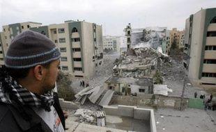 Dans la nuit, un appareil israélien a bombardé l'Université islamique de Gaza, considérée comme un bastion du Hamas, et une mosquée a été détruite à Jabaliya, dans le nord du petit territoire.