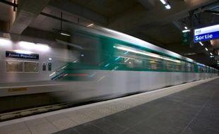 Un métro quitte la station Front populaire, à Paris le 18 décembre 2012