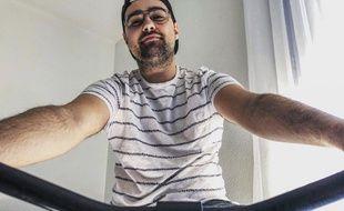 Dorian Malvesin monte sur son vélo d'appartement tous les jours.