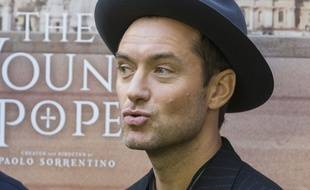 Jude Law avait des traces blanches de maquillage aux coins des yeux lors de la promo de son film The Young Pope.