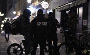 La police contrôle un livreur à vélo à Metz, le 5 janvier 2021, alors que 15 départements ont mis en place un couvre-feu dès 18 heures.