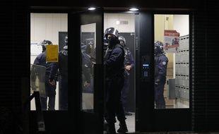 Des policiers pénètrent dans un immeuble à Villeneuve-la-Garenne (Hauts-de-Seine)