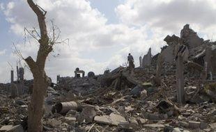 Des Palestiniens retournent voir leurs maisons après un bombardement de l'armée israélienne près de Khan Younis, dans le sud de la bande de Gaza, le 3 août 2014.