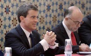 Le Premier ministre Manuel Valls (g) et le ministre de l'Intérieur, Bernard Cazeneuve, le 3 mars 2015 à la Grande mosquée de Strasbourg