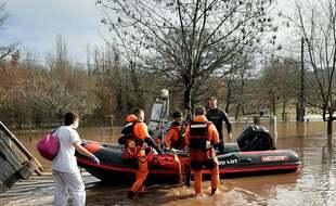 La maman et son bébé ont été évacués par les sapeurs-pompiers du Lot en bateau.