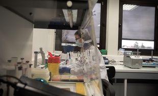 Une zone de tri et séquençage des tests Covid à l'hôpital Henri-Mondor de Créteil.