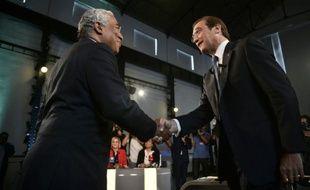 Le chef du Parti socialiste, Antonio Costa (g) et le Premier ministre social-démocrate Pedro Passos Coelho se serrent la main avant un débat électoral à Lisbonne, le 17 septembre 2015