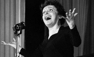 Edith Piaf en concert à Melun dans les années 50.