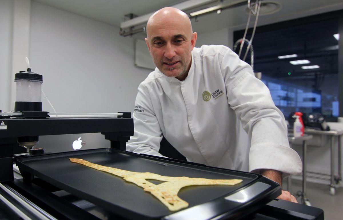 Le chef Yannick Strottner travaille au centre culinaire contemporain de Rennes sur l'impression 3D alimentaire. Ici sur une crêpe. – C. Allain / APEI / 20 Minutes