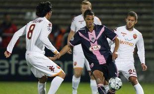 Marouane Chamakh au milieu de trois défenseurs romains. Réduits à 10, Bordeaux n'a rien pu faire malgré un étincelant Gourcuff. Les Girondins se sont inclinés 3-1 face à la Roma.