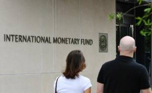 """Le Fonds monétaire international (FMI) a annoncé vendredi qu'il ouvrait une ligne de crédit """"de précaution"""" de 6,2 milliards de dollars en faveur du Maroc afin de protéger le pays contre les """"chocs extérieurs"""" en provenance notamment de la zone euro."""