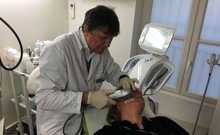 Le docteur Jeanson effectue un lifting médical par HIFU sur une journaliste de «20 Minutes».
