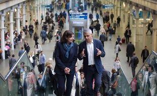 Anne Hidalgo, maire de Paris, accueillie par Sadiq Khan, nouveau maire de Londres à la gare de St Pancras.