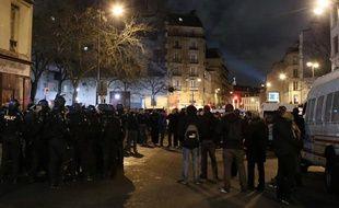 Des pros et anti-Dieudonné s'affrontent devant le théâtre de la Main d'or, à Paris, le 16 janvier 2014.