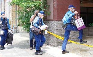 La police scientifique japonaise devant le domicile de la suspecte,  à Sasebo.
