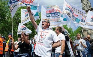 Rassemblement de policiers place du Chatelet à Paris pour protester  contre la révision générale des politiques publiques (RGPP) à l'appel  des syndicats le 10 mai 2012.