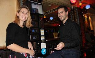 Les deux fondateurs de The Charging Place, Anne Mouchet et Jérémi Navarro, ici au bar Les Piétons, rue des Lombards à Paris. Il s'agit du premier établissement équipé de  leur borne qui permet de recharger son téléphone portable dans des casiers sÈcurisÈs.