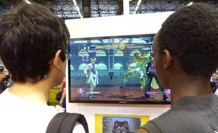 Des enfants jouent au jeu vidéo à la Japan Expo, au Parc des Expositions, à Villepinte,  le 2 juillet 2014.