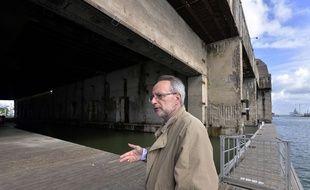 L'historien Daniel Sicard, devant la base sous-marine construite à Saint-Nazaire par les Allemands durant la Seconde Guerre mondiale. AFP  / G.GOBET