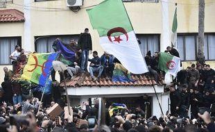 Des manifestants devant la sous-préfecture de Tizi-Ouzou, en Kabylie le 8 décembre 2019.
