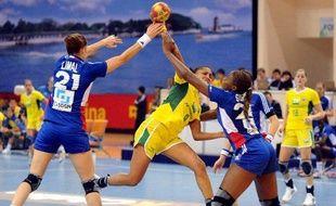 Les handballeuses françaises (en bleu) face au Brésil le 5 décembre 2009 aux championnats du monde en Chine.