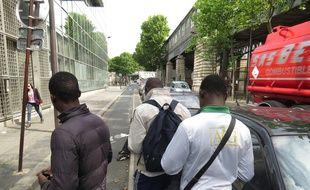 Paris, le 7 juillet 2014, une quinzaine d'adolescents venus majoritairement d'Afrique attendent pendant des semaines une premiËre Èvaluation de leur situation et espËrent obtenir le statut de mineur isolÈ Ètranger.