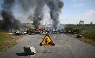 Des pneus incendiés à l'entrée de la raffinerie Total de Donges près de Nantes, le 27 mai 2016