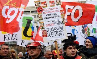 Plusieurs centaines de fonctionnaires et agents publics se sont rassemblés mercredi devant le ministère des Finances à Paris pour réclamer le retrait du projet de réforme des retraites du gouvernement.