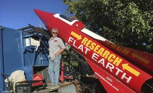 Mike Hughes espère prouver en prenant des photos depuis sa fusée que la Terre est plate.