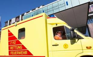 Une ambulance transporte le patient infecté par le virus Ebola arrive à l'hôpital universitaire de Hambourg-Eppendorf, le 27 août 2014