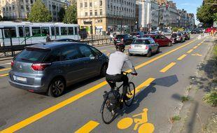 Une voie bus-vélo (au centre) et une voie cyclable ont été ajoutées quai de la fosse, au détriment de voies automobiles.