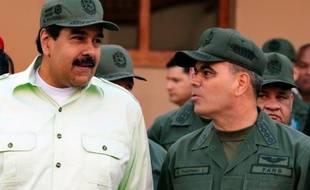 Photo fournie par la présidence vénézuélienne du président du Venezuela Nicolas Maduro (g) et du ministre de la Défense Vladimir Padrino Lopez, lors d'un défilé militaire, à Caracas, le 7 janvier 2016