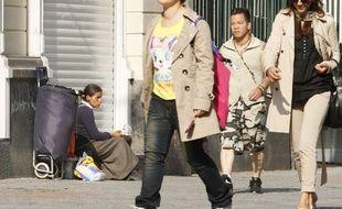 Lille, le 1er septembre 2011. Une mendiante ROM dans une rue près de la gare.