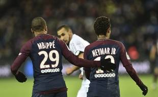 Neymar et Mbappé ont été acheté à l'été 2017 pour 402 millions d'euros au total.