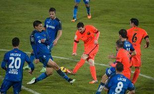 Le Barcelonais Lionel Messi au milieu de la défense de Getafe, le 13 décembre 2014.