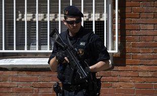 Un policier catalan devant le commissariat attaqué lundi matin.