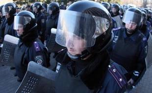 Des policiers ukrainiens dans la ville de Donetsk, à l'est de l'Ukraine, le 22 mars 2014