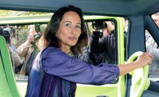 Ségolène Royal pose dans un véhicule électrique utilisé en région Poitou-Charentes, Paris, le 1er octobre 2008.