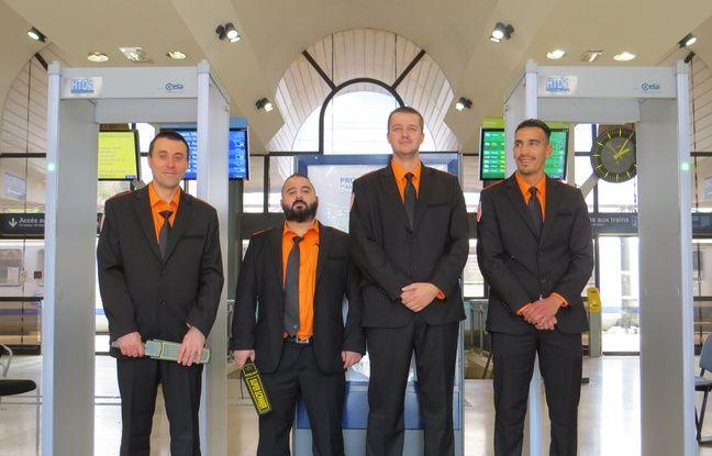 Les agents de sécurité devant les portiques en gare d'Arles.