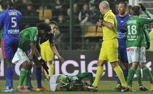 Jérémy Clément gravement blessé à la cheville, le 2 mars 2013 à Saint-Etienne.