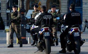 Des policiers patrouillent dans le cadre de Vigipirate, le 5 avril 2016 à Paris