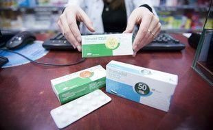 Une pharmacienne montre une boîte de Tramadol à Paris, le 25 janvier 2012.