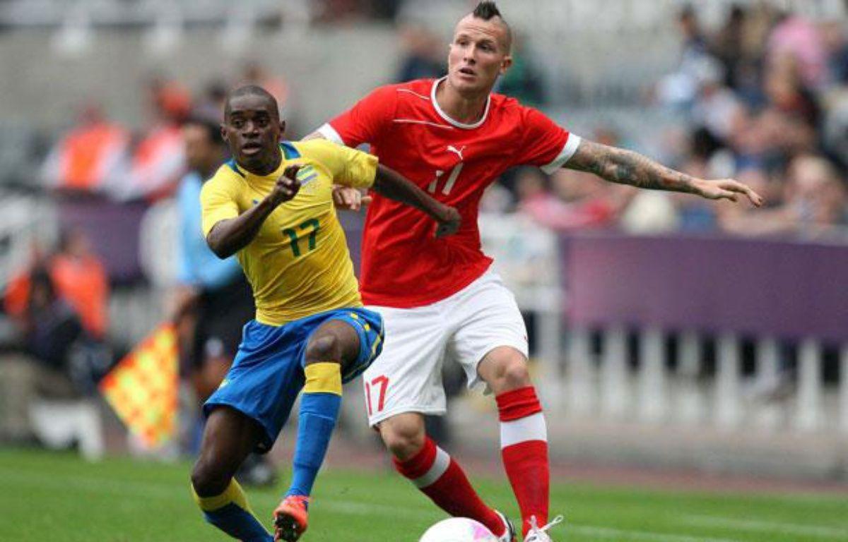 Michel Morganella (à droite), contre le Gabon au Jeux olympiques de Londres, le 26 juillet 2012. – SCOTT HEPPELL/AP/SIPA